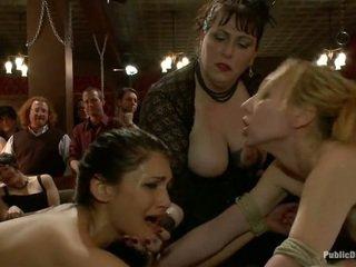 Celebrating με two κορίτσι δέσιμο γαμήσι