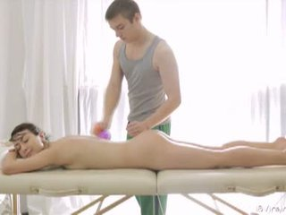 18 virgin seks: piękne brunetka nastolatka gets massaged i fucked