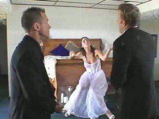 Caldi sposa a essere gets in un steamy trio video