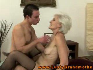 古い おばあちゃん で ストッキング sucks と fucks