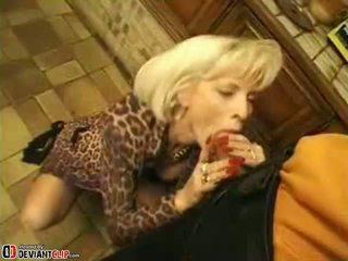 Heet mam seduces en fucks deze jongen