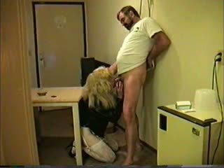 Pirang travesti giving head to guy