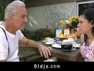 Oldje: vectēvs david pounds a karstās pusaudze uz viņa yard