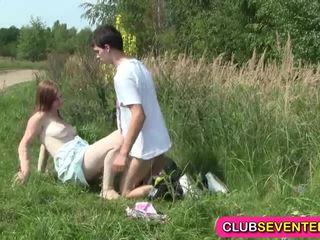 Pechugona pálida teenager follada outdoors