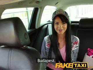 Faketaxi taxi driver convinces fekete haired hottie hogy szívás övé pöcs
