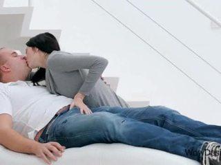 Чуттєвий цілує сцена з чудова брюнетка підліток