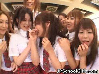 Magnifique japonais schoolgirls exploring