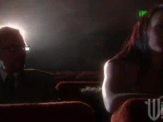 Ebony haired goes naar de bioscoop voor een band binnenvallen