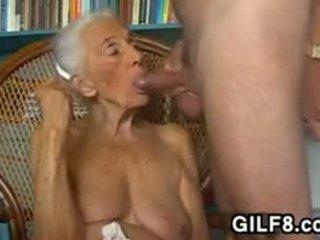 Birichina nonna giving un pompino a casa