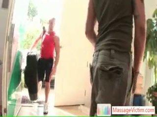 Jung fella getting seine painfull zurück threated von massagevictim