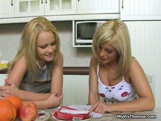 Kåt søt blond lesbisk babes kyssing