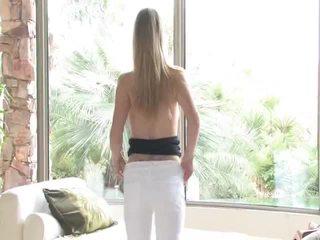 Danielle acquires undressed deretter uses henne leketøy på henne vagina