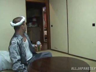 Yui tsubaki saves the dojrzała chłopak z serce atak involving a mouthjob