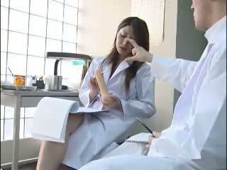 섹시한 일본의 의사 gives 그녀의 colleague a bj