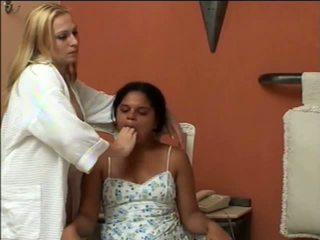 Vajzat i detyruar vomit puke duke vjellë vomiting me gojë mbyllur