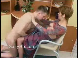Mam gedwongen naar neuken haar zoon