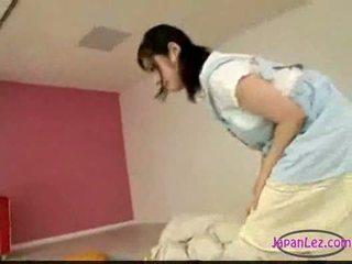 Asiatisk jente onanering mens licking fingring soving du
