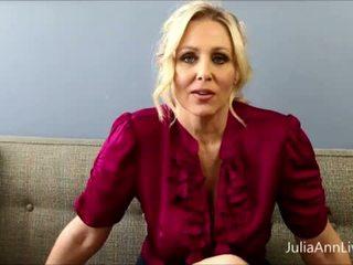 Грудаста білявка вчитель julia ann fucks сама!