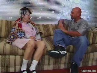 奶奶 gets reamed 由 年輕 男人