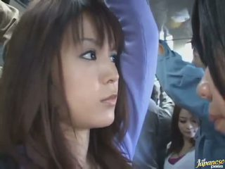 Bista mula sa ilalim ng palda shot ng a kyut intsik sa a crowded bus