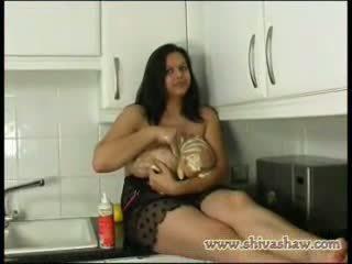 Barmfager anglo indisk spiller med mat