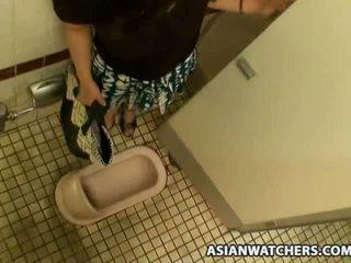 Asiatiskapojke skol masturbates i henne schools badrum