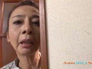 Zreli azijke ženska v a tangice sucks a kurac