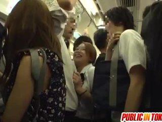 Écolière gives une branlette sur la bus