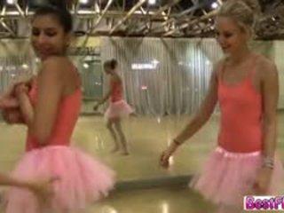 Studio dance gets neslušné a pekný s títo dancers