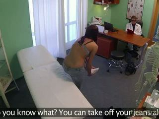 Verblüffend pole dancer gefickt von doktor im fake krankenhaus