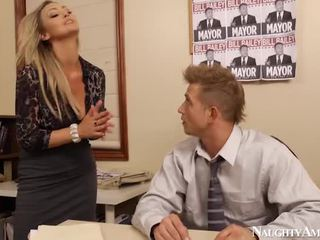 Bigtitted abbey brooks bump 在 办公室