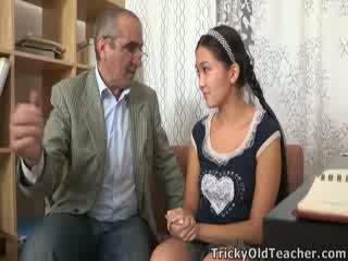 Tricky senas perv mokytojas persuades azijietiškas cutie į žįsti jo varpa
