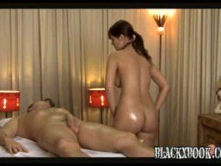 Cantik berpayu dara besar masseuse memberi orgas