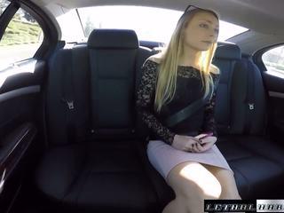 Uber driver busted от cops докато чукане тийн sadie.