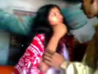 Ấn độ newly kết hôn guy trying zabardasti đến vợ rất nhút nhát