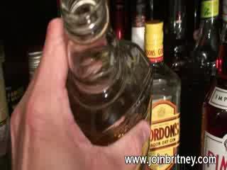 Alcoolisée femme bite suçage