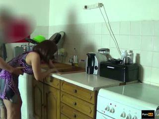 Step-mom kraft körd och få creampie av step-son medan hon är stuck