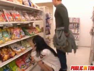 Sora aoi 在 強 doggy 他媽的 在 店