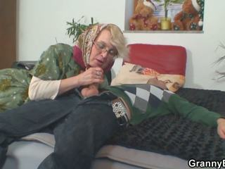 Lonely 70 years ישן סבתא slammed מן מאחורי: הגדרה גבוהה פורנו 50