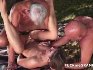 Two 角质 老 men 性交 由 年轻 孩儿