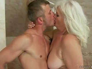 Vilain moche grand-mère baise une younger homme