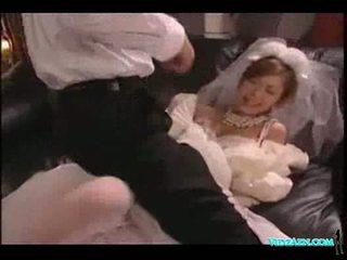 Азиатки момиче в сватба рокля licked смучене хуй прецака изпразване t