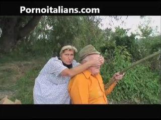 Viejo zorra does mamada a viejo outdoors - vecchia fa pompino al nonno
