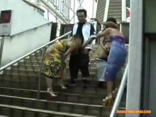아시아의 타격 일 onto 그만큼 stairs