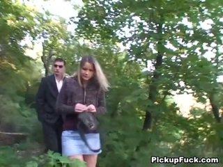 Чешка білявка sucks two cocks в the park