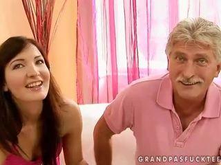 爺爺 和 青少年 beauty enjoying 熱 性別