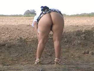 Piss дебели дупе pee в улица. bebita мексикански уличница