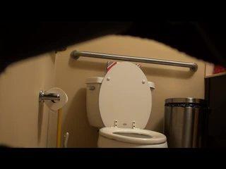 Ogolone fitness dziewczyna przyłapani na toaleta! wideo