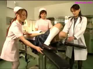 Guminő getting neki puss examinted -val tükrözés licked által doktor dinnyék rubbed által 2 nurses -ban a működés szoba