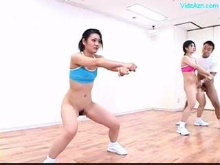 Guy stopping yang masa pada yang aerobik kelas stripping kanak-kanak perempuan o